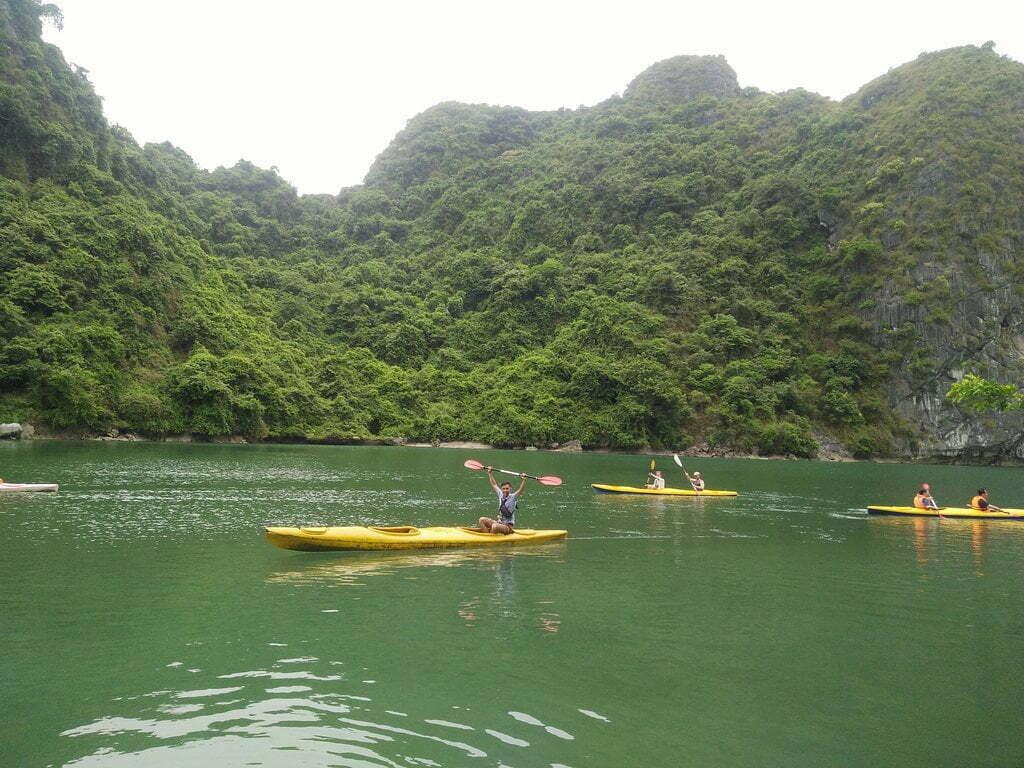 Chèo kayak trên Vịnh Lan Hạ